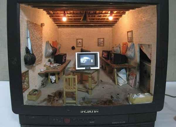 Миниатюрный дом внутри телевизора