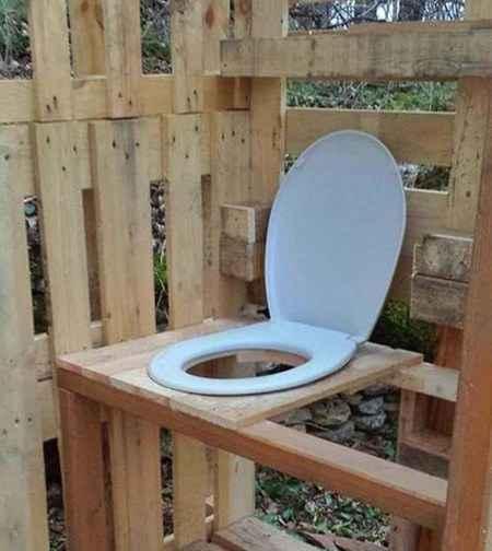 Туалет из поддонов